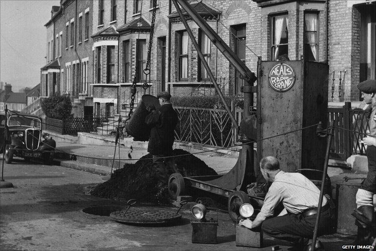 O imagine ce a surprins muncitori la canalizarea Londrei | Sursa: History garage