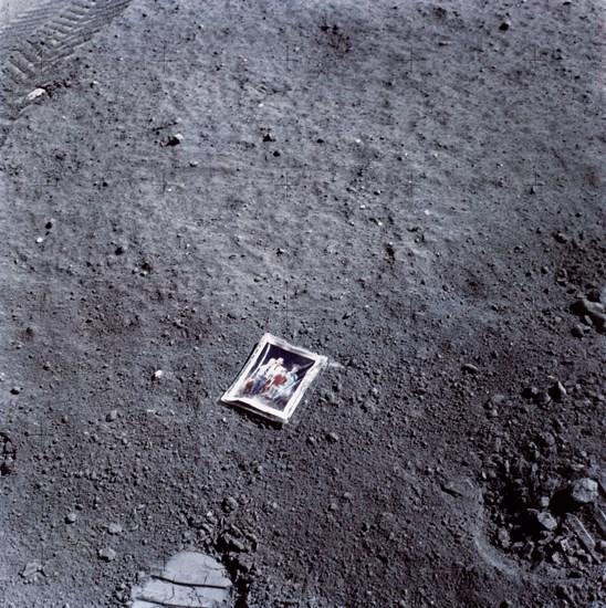Poza lăsată pe Lună de astronautul Charles Duke în 20 aprilie 1972 | Sursa: The Museum of Fine Arts, Houston