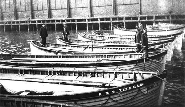 Bărcile de salvare lăsate la dana White Star Line din New York de Carpathia, nava pe care au fost îmbarcați toți supraviețuitorii de pe Titanic | Sursa: Titanic Facts
