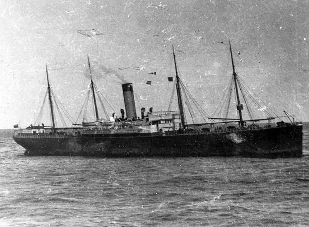 Foto 3 – Titanic Vasul Californian, pozat în dimineața după scufundarea Titanicului. A rămas renumit pentru faptul că nu a intervenit în salvarea celor de pe Titanic, deși a fost cel mai aproape de acel loc. Californian a fost ulterior scufundat de un submarin german, în timpul Primului Război Mondial. | Sursa: Public domain, Wikiwand