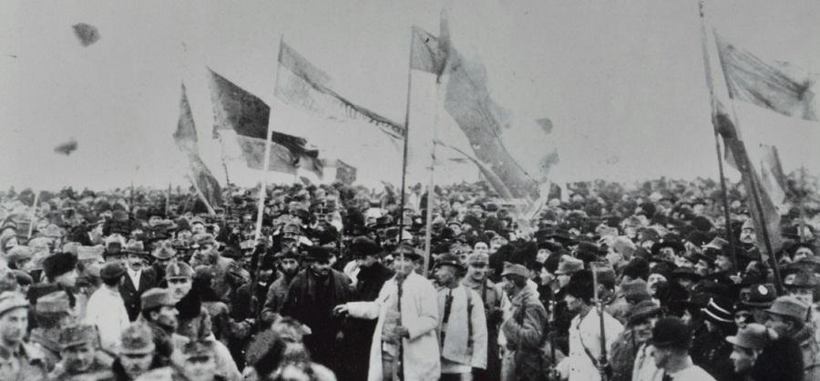 Aceasta e una dintre cele șase fotografii cu mulțimea adunată la 1 decembrie 1918 în Alba Iulia. Fotograf: Samoilă Mârza