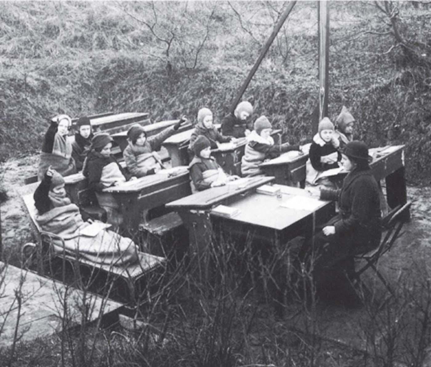 O imagine din Olanda, în 1918, cu ore ținute în aer liber