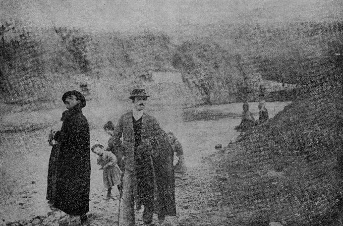 Pe această fotografie, poetul a scris: Alex. Macedonski la «Certosa» lângă Florența, și fiul lui, Alexis, artistul-pictor, 1905 – 1906