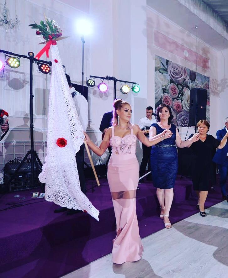 Elena, în timpul unui dans tradițional aromân