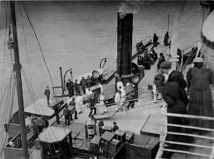 Încarcarea bagajelor pe Titanic, 10 aprilie 1912 | Foto: Francis Browne, Bridgeman Images