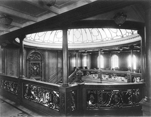 Scara impresionantă de pe nava Olympic, cu un dom de cristal deasupra. Imagine din 1911. | Sursa: Public domain, Wikiwand