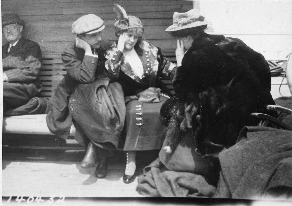 Doi tineri căsătoriți. Imaginea a fost făcută de o tânără canadiancă, Bernice (Bernie) Palmer, cu un Kodak Brownie, primit cadou de ziua ei, în ianuarie 1912. În aprilie, Bernie și mama ei au pornit într-o croazieră pe Mediterana la bordul navei Carpathia.| Foto: Bernie Palmer