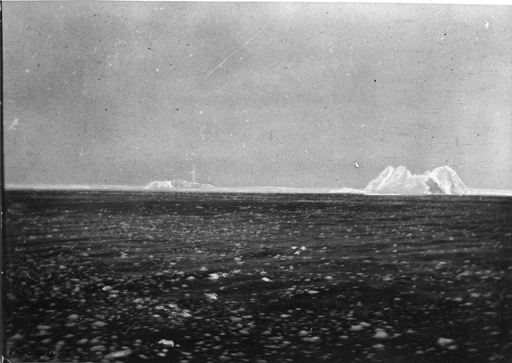 Aisbergul de care s-a lovit Titanicul și, în urma impactului, nava imposibil de scufundat s-a dus la fundul oceanului. Dacă te-ai întrebat vreodată ce a pățit aisbergul – mai nimic, a plutit mai departe pe ocean, după cum se vede din această poză luată de pe nava Carpathia, în dimineața zilei de 14 aprilie 1912 | Foto: Bernie Palmer