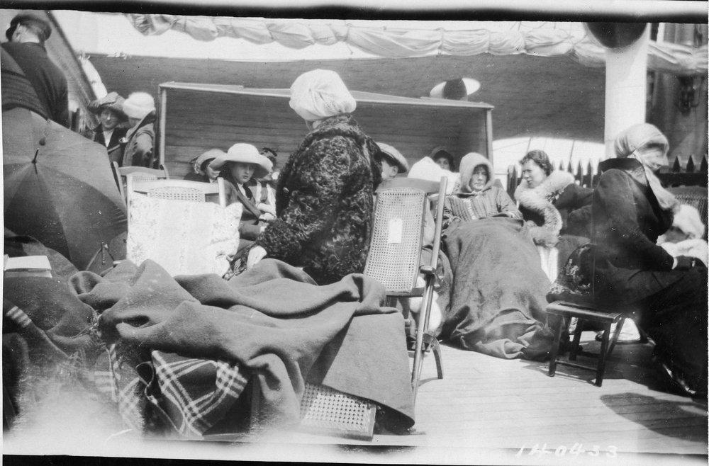 Supraviețuitori de pe Titanic îmbarcați pe nava Carpathia, 14 aprilie 1912 | Foto: Bernie Palmer