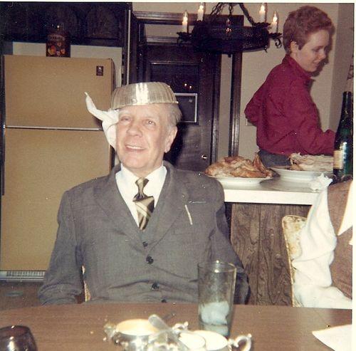 Scriitorul argentinian, Jorge Luis Borges, într-un moment jucăuș, pozând cu coșul de pâine pus pe cap Colecția Norman Thomas di Giovanni, Sursa: Open Culture