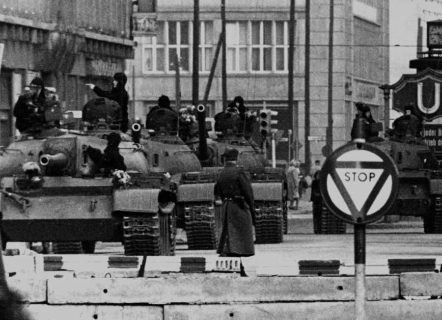 Zidul Berlinului, Germania 1961 – În timpul lucrărilor, au fost aduse tancuri pentru a păzi zona | Sursa: All That's Interesting