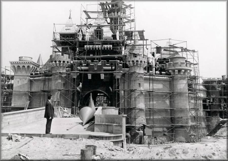 Anaheim, California, 1955 – Walt Disney privește construirea Castelului Frumoasei din Pădurea Adormită | Sursa: All That's Interesting