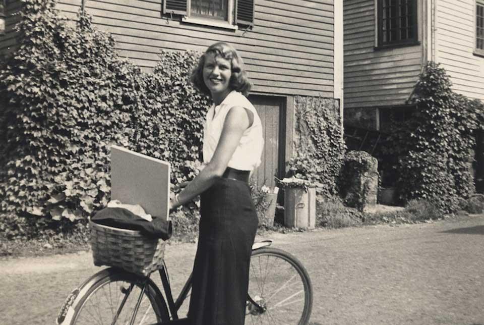 Sylvia Plath, cu bicicleta eiSursa: World Literature Today