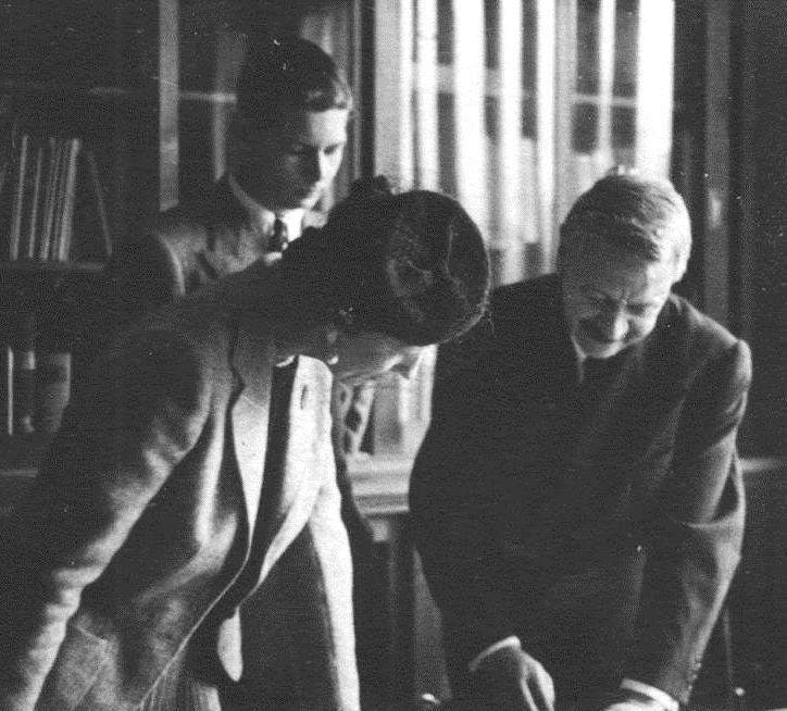 Profesorul Rainer alături de regele Mihai și mama sa, regina Elena, în 1940, la scurt timp după deschiderea Institutului de Antropologie; Sursa: Wikimedia Commons