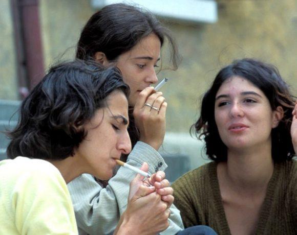 Tineri fumând