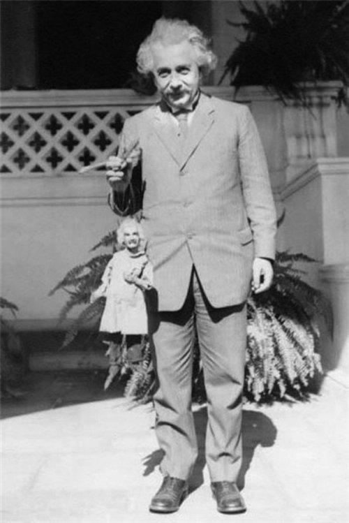 Albert Einstein ține în mână un... Albert Einstein; Sursa: Open Culture