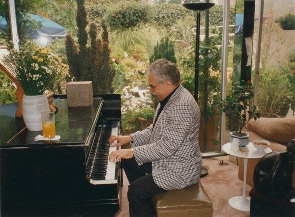 """Gabriel García Márquez: """"Pe vremea când eram la Aracataca visasem să trăiesc pe picior mare, cântând pe la petreceri cu o voce frumoasă și acompaniindu-mă la acordeon, ceea ce mi s-a părut întotdeauna modul cel mai vechi și cel mai inspirat de a spune o poveste.""""Fotograful și data, necunoscute; Sursa: Medium"""