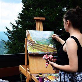 Andreea Gabriela Tudor, în timp ce dă viață unui peisaj