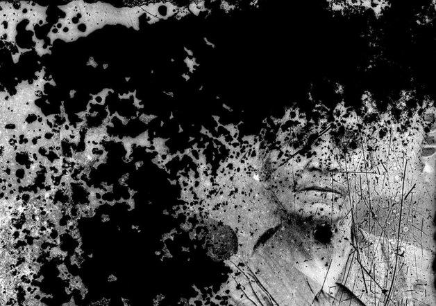 Un portret cu urma timpului pe placă| Fotografie: Costică Acsinte