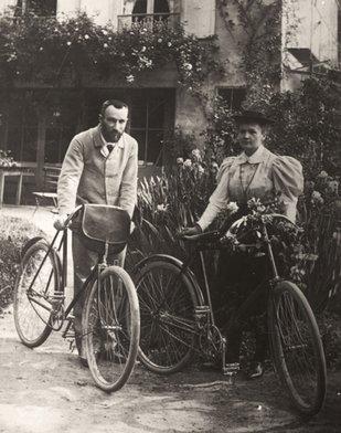 Pierre și Marie Curie, în grădina casei lor din Sceaux, 1895; Fotografie: Albert Harlingue; Curie Museum, Sursa: Neurosurgical Focus
