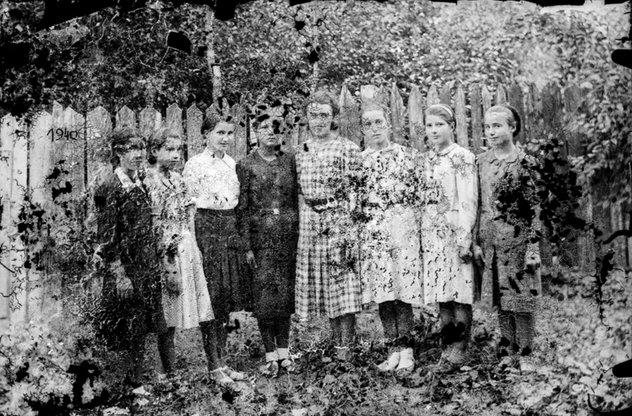 Fete, 1940, pe o placă deteriorată, cu efect suprarealist| Fotografie: Costică Acsinte