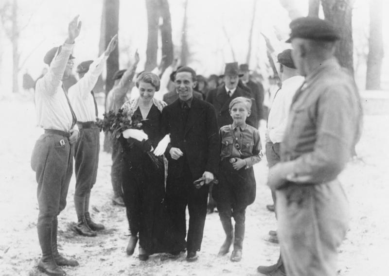 Nunta lui Joseph Goebbels cu Magda Quandt, 4 ianuarie 1931. Harald, care avea atunci 9 ani, era băiatul pe care Magda l-a avut din căsătoria anterioară. În spate, cu pălărie, este Hitler.   Sursa: Wikipedia, Public Domain