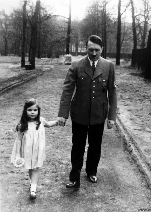 Adolf Hitler și Helga, primul copil al soților Goebbels   Sursa: Rare Historical Photos