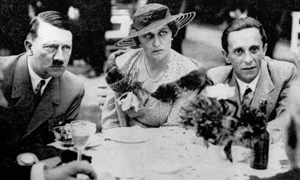 Magda și Joseph Goebbels cu Adolf Hitler   Sursa: The Guardian
