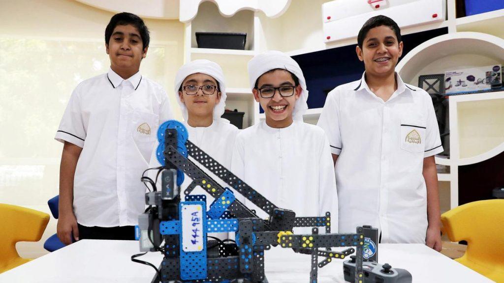 Elevii din Emiratele Arabe Unite, încurajați să renunțe la manuale pentru tehnologie. Sursă foto: The National