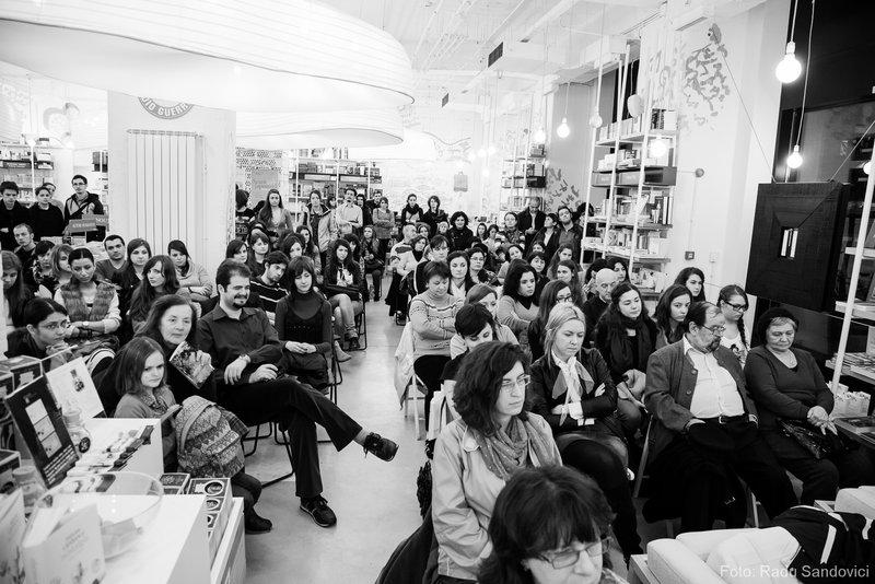 """Seară japoneză dedicată volumului """"Valsul Florilor"""" de Yasunari Kawabata, prima seară japoneză, public prezent"""