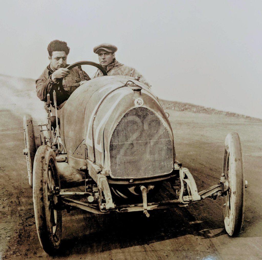 Enzo Ferrari, în timpul unei curse | Sursa: Reddit
