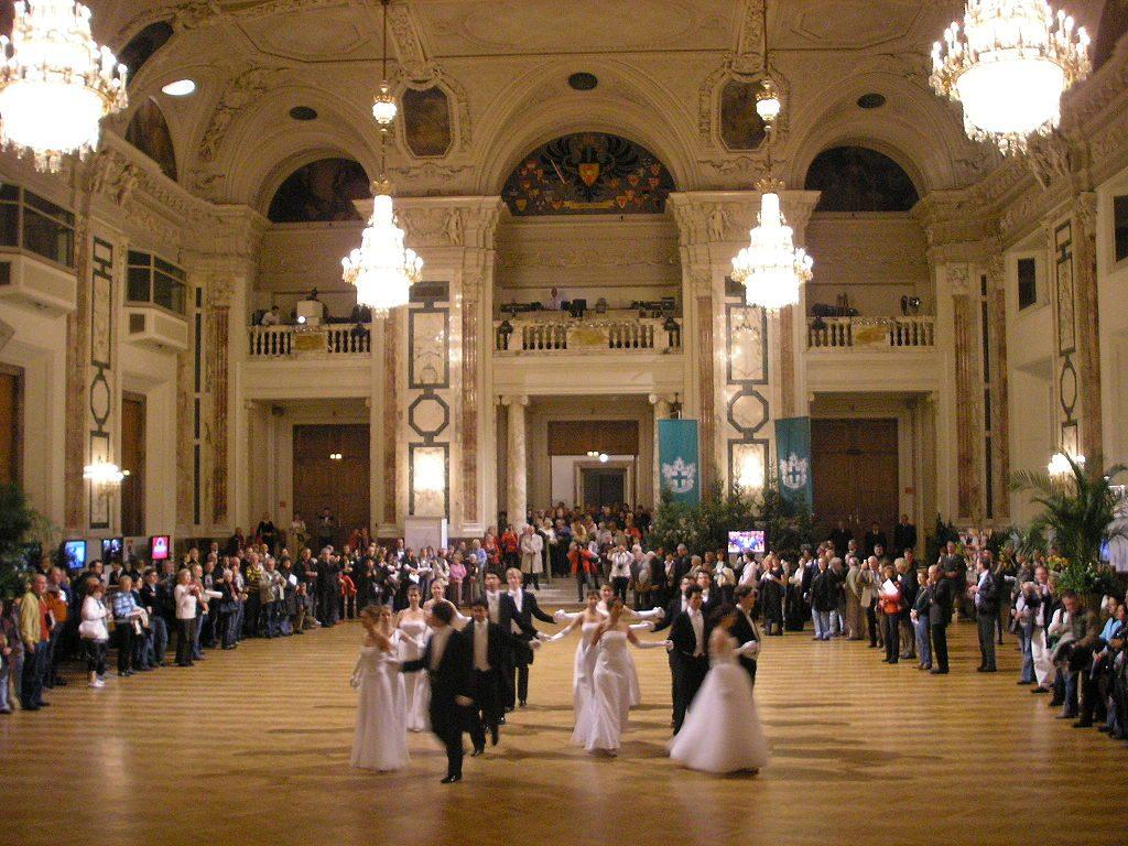 O demonstrație a vechiului dans cotillion în Festsaal, Hofburg, Vienna, 2008 | Sursa: Wikipedia, CC BY-SA 3.0