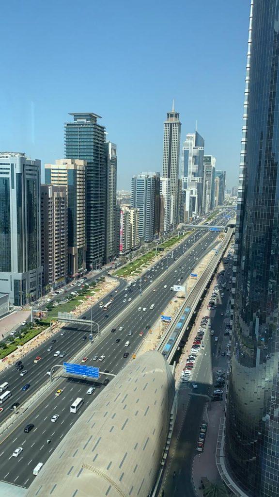 Metroul din Dubai, văzut din biroul Nicoletei Lupulescu
