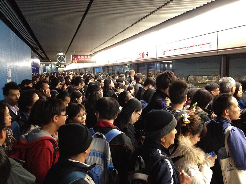 Aglomerație la metroul din Hong Kong. Sursă: Busy