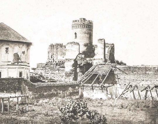 Ruinele Curții Domnești din Târgoviște | Fotografie de Carol Pop de Szathmari, cca 1868 | Sursa: Ghid turistic Târgoviște