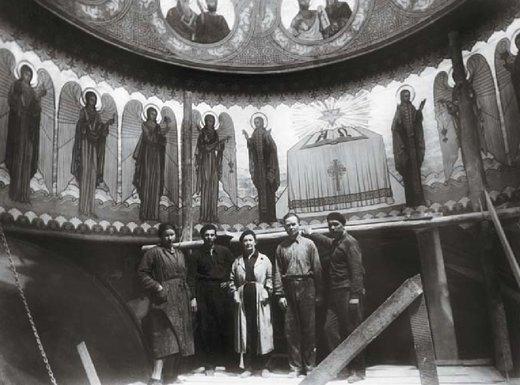 Nina Arbore alături de pictorii I. Filatief şi Victor Ivanov pe şantierul bisericii Sf. Împăraţi Constantin şi Elena din Constanţa, 1936. Fotografie din colecţia Tudor Stavilă
