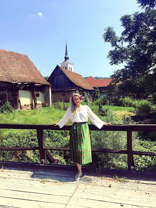 Alexandra, în straie populare