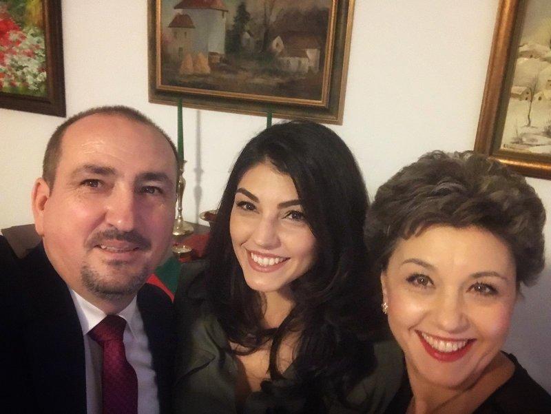 Andreea, alături de părinții ei