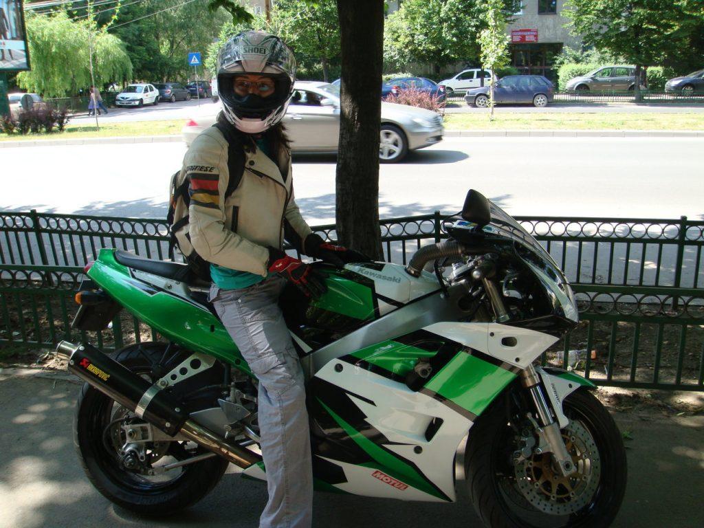Andreea, gata să se îndrăgostească pe motocicletă
