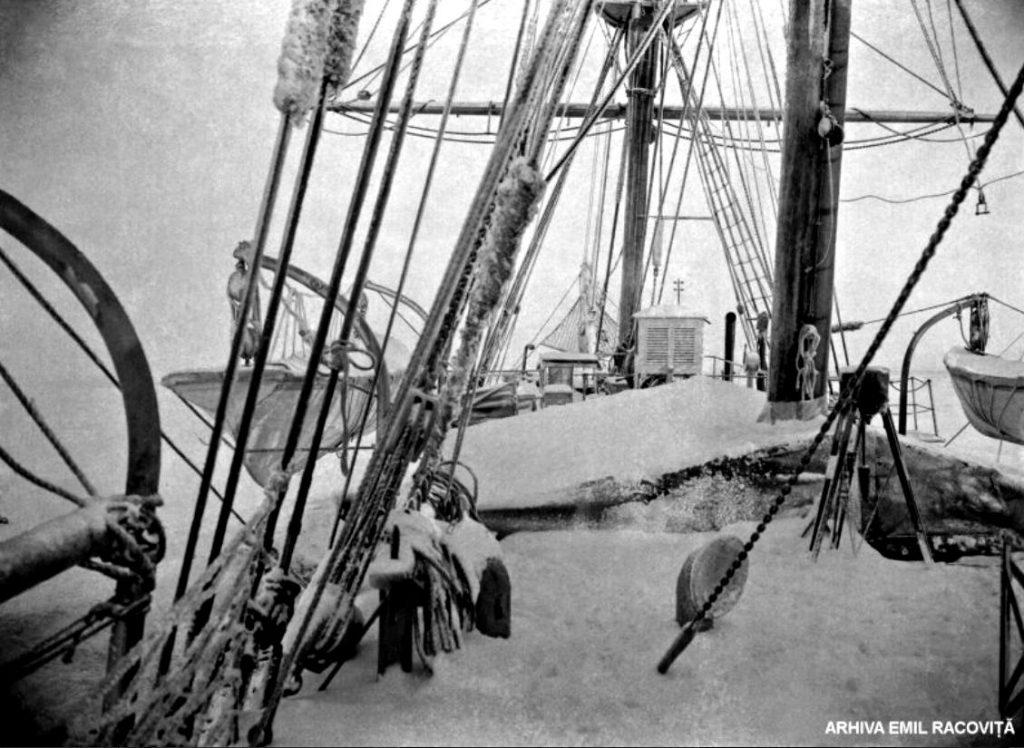 Puntea înzăpezită a corabiei   Arhiva Emil Racoviță, Foto: F. Cook, via emil-racovita.speosub