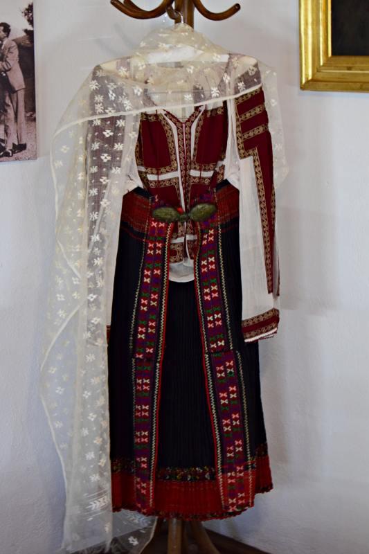 Costumul popular este tot din perioada când Lucian Blaga a fost în diplomație și i-a aparținut soției lui, Cornelia. Aceasta a purtat costumul popular românesc când a reprezentat România la o serată la Lisabona, în timpul când Lucian Blaga a fost ambasador în Portugalia. Nu este dintr-o zonă specifică, deoarece a reprezentat România și a inclus piese din mai multe zone. | Credit foto: Mira Kaliani