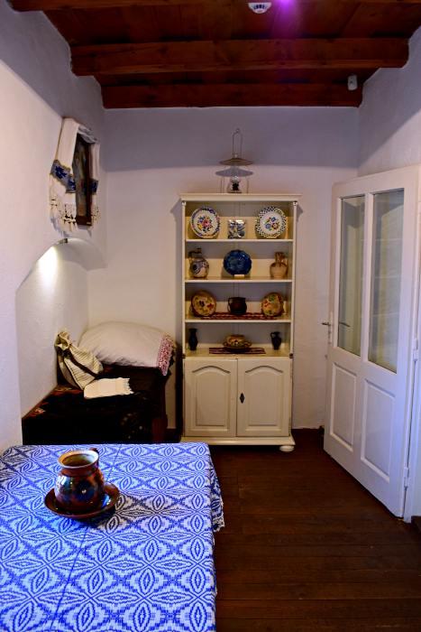 Pentru a reconstitui decorul bucătăriei, au fost adunate din sat obiecte diferite se foloseau în perioada respectivă. | Credit foto: Mira Kaliani