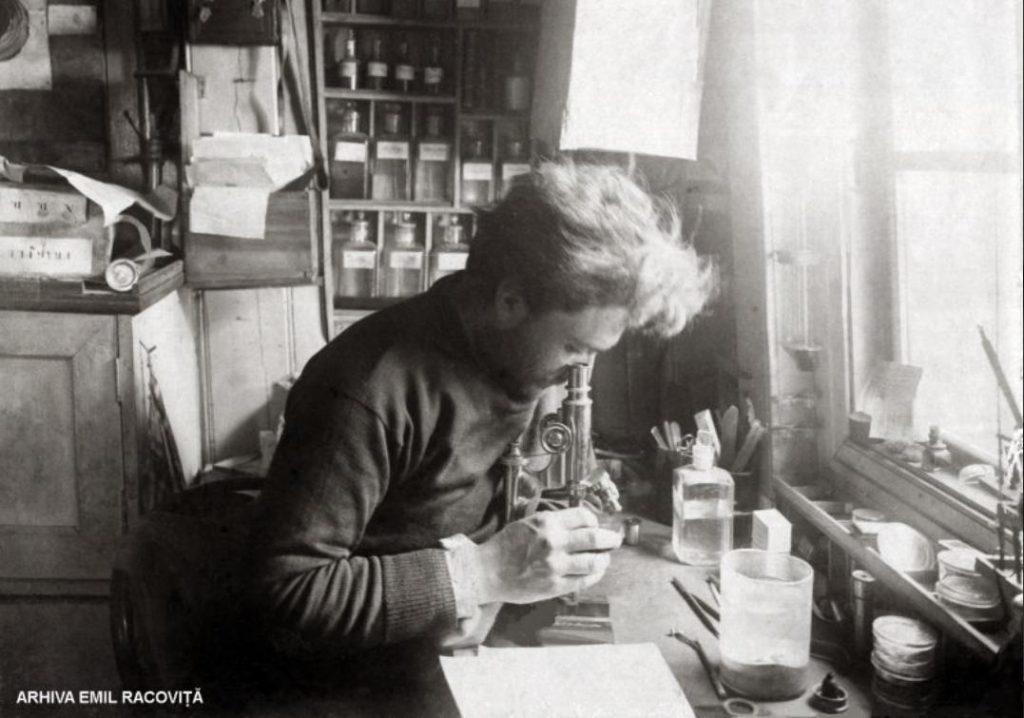 Emil Racoviță în laboratorul lui de pe Belgica | Arhiva Emil Racoviță, via emil-racovita.speosub