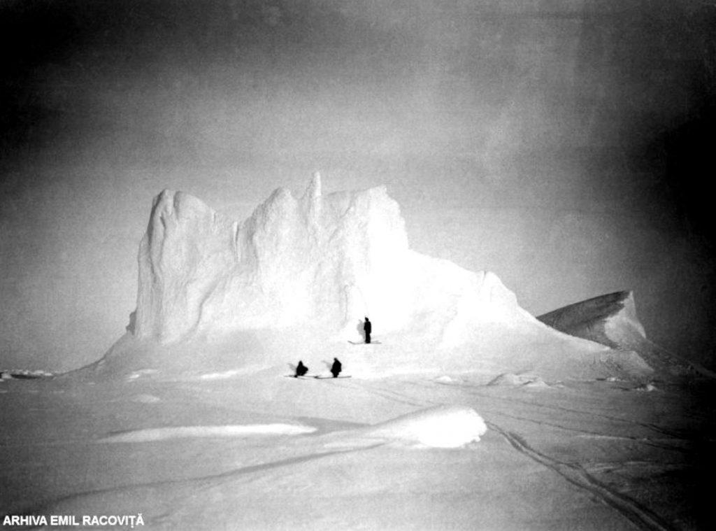 La picioarele unui iceberg   Arhiva Emil Racoviță, Foto: F. Cook, via emil-racovita.speosub