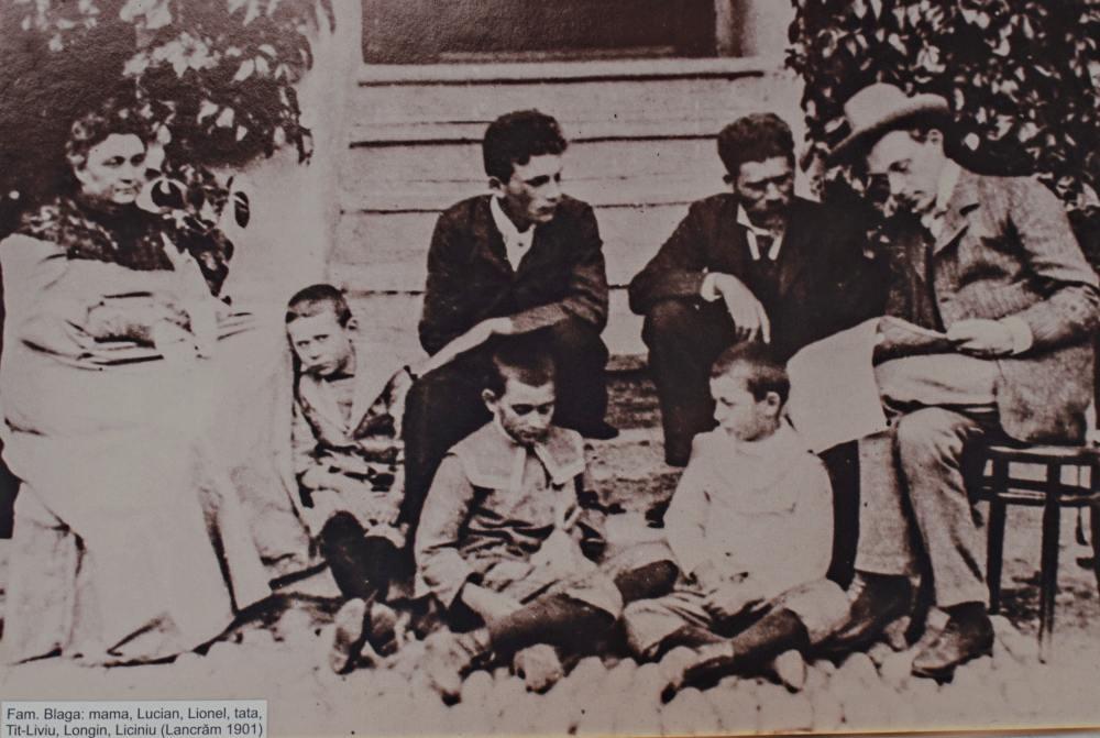 O poză făcută în fața casei din Lancrăm, în 1901. Lucian este primul băiat din stânga, lânga mama lui, Ana | Credit foto: Mira Kaliani
