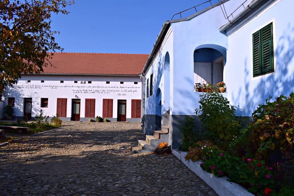 Casa, curtea și, în față, sala amenajată pe locul fostelor anexe gospodărești, unde au loc diferite evenimente culturale | Credit foto: Mira Kaliani