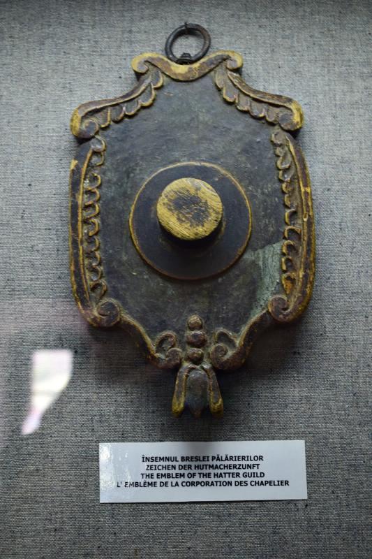Din Muzeul de Istorie – Însemnul breslei pălărierilor | Credit foto: Mira Kaliani