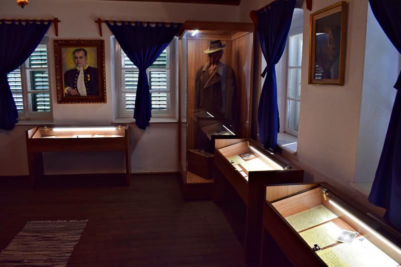 Din interiorul casei; în vitrină, valiza de student și paltonul cu pălăria, din perioada diplomatică | Credit foto: Mira Kaliani