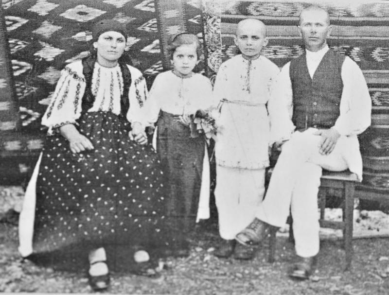 Prima fotografie, Aurel Sîntimbrean (băiatul de 7 ani) alături de părinți și soră | Fotografie: Samoilă Mârza, din colecția lui Aurel Sîntimbrean