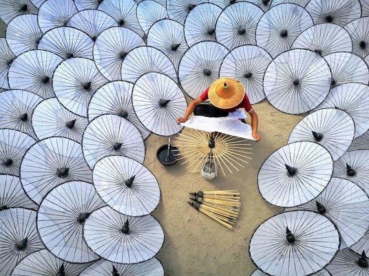 """""""Printre umbrelele albe"""" , fotografie de Aung ThuYa / AGORA Images"""